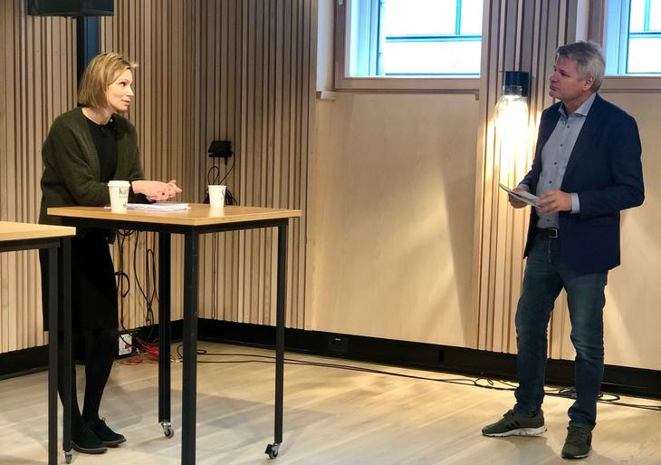 Statssekretær Maria Jahrmann Bjerke i samtale med leder Jan Gunnar Skoftedalen