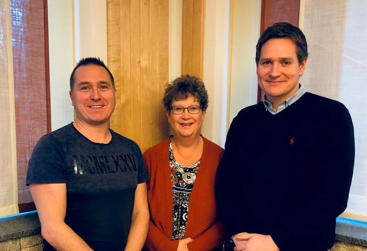 Fra venstre administasjonssjef Ronny B. Stiklestad, fagansvarlig Juliane Hemstad og insitusjonssjef Ståle Bakke.