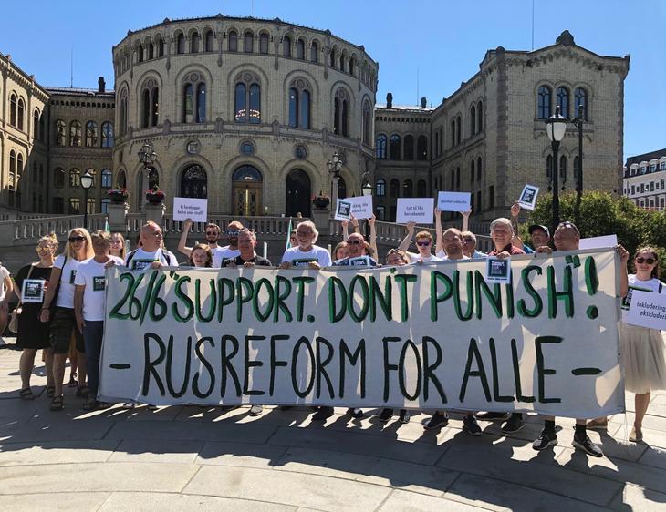 Markering av Verdens Narkotikadag utenfor Stortinget i 26. juni 2020.