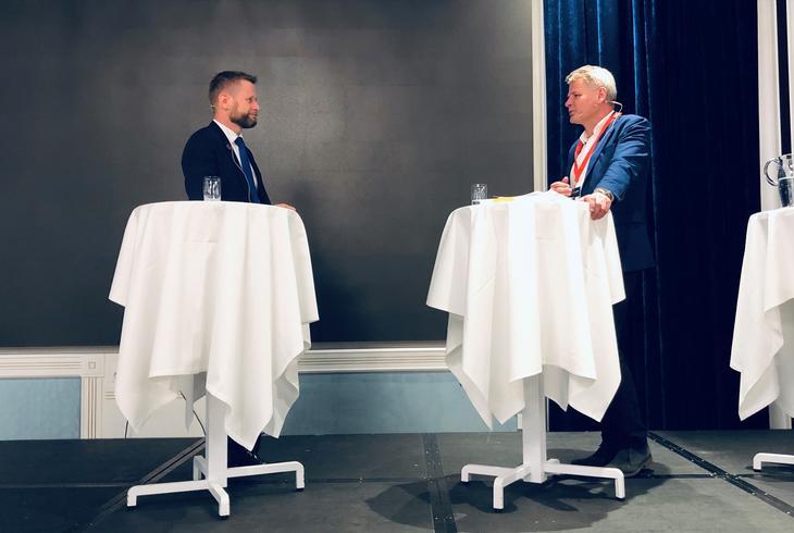Fra høringskonferansen om NOU-utvalgets forslag til rusreform januar 2020. Helse- og omsorgsminister Bent Høie i samtale med leder i Fagrådet Jan Gunnar Skoftedalen.