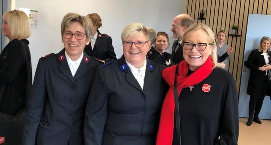 Virksomhetsleder Wenche Walderhaug Midjord, daglig leder Marianne Ørpetveit og regionleder Lisbeth Kleveland