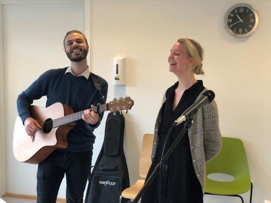Musikkterapeutene i Sandnes kommune Tarjei Øvrelid og Sofie Hjertvik